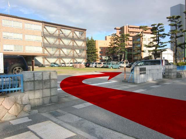 新潟地方裁判所の正面入口から駐車場へ入り、右へ曲がります。