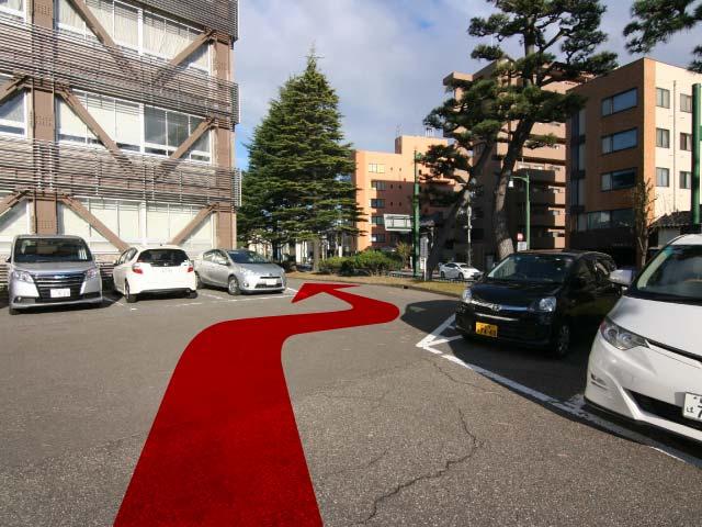 そのまま新潟地方裁判所建物の向かって右側の細い道を通り抜けます。