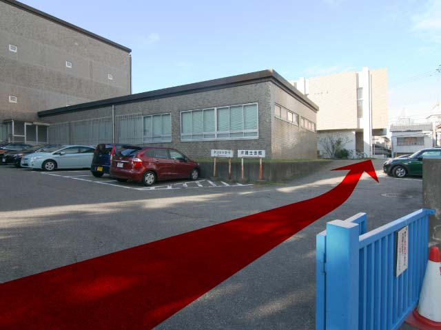 そのまま進むと一番奥に新潟県弁護士会館が見えます。建物前の駐車場にお停めください。